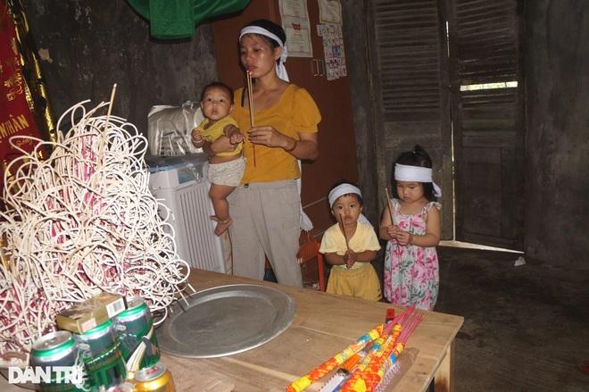 Xót thương 4 đứa trẻ đầu chít khăn tang gọi tên cha trong vô vọng! - 3