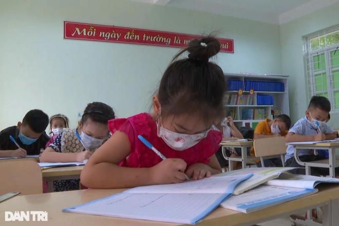 Học sinh Quảng Bình chia ca học trực tiếp để đảm bảo phòng chống dịch - 3