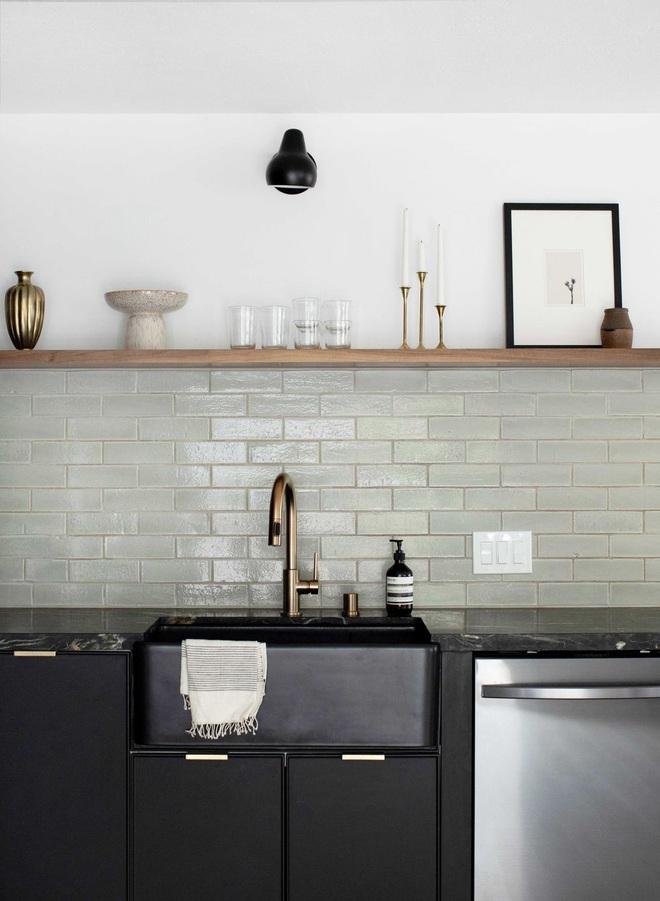 Căn bếp màu đen độc đáo cải tạo từ nơi ở cũ kỹ - 5
