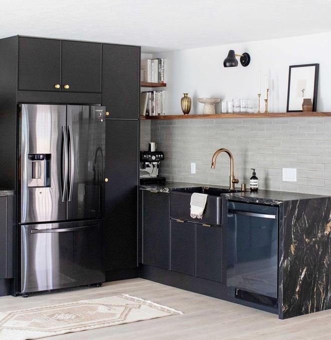 Căn bếp màu đen độc đáo cải tạo từ nơi ở cũ kỹ - 2
