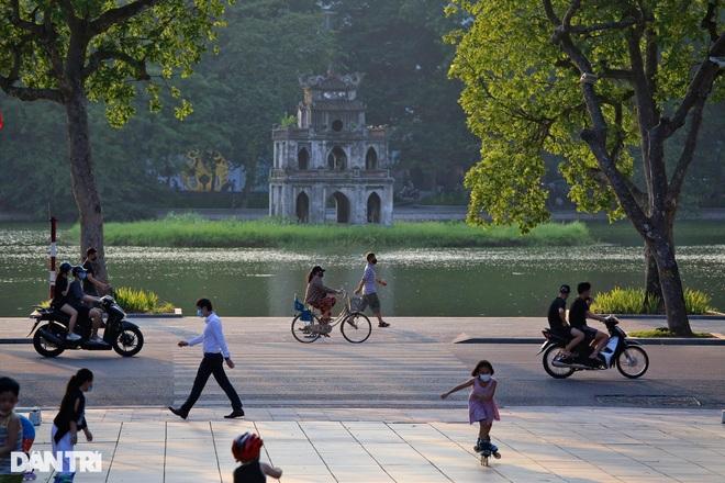 Hà Nội cho phép bán hàng ăn uống tại chỗ, xe buýt hoạt động trở lại - 1