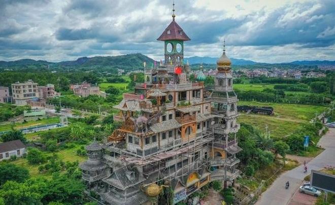 Chi hơn 2 triệu USD xây tòa lâu đài với thiết kế kỳ quặc chẳng giống ai - 1