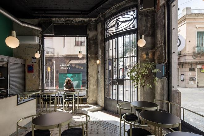Quán cà phê đổ nát, thiết kế xuyên thấu giúp khách ngắm trọn cảnh quan - 2