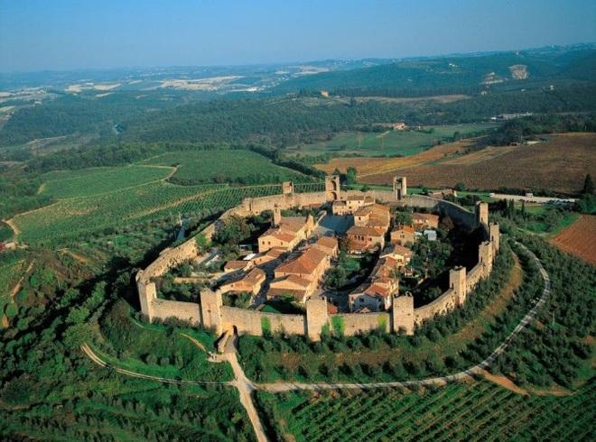 Khám phá thị trấn trung cổ còn nguyên vẹn, nằm trên ngọn đồi - 1