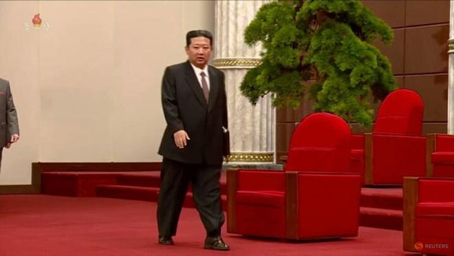 Ông Kim Jong-un gây chú ý với vẻ ngoài khác lạ - 1