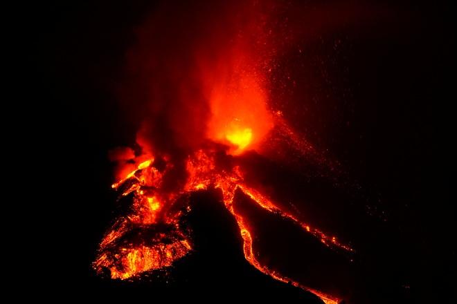 Dung nham núi lửa Tây Ban Nha chảy ồ ạt như sông - 5