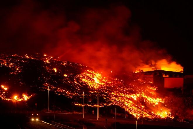 Dung nham núi lửa Tây Ban Nha chảy ồ ạt như sông - 1