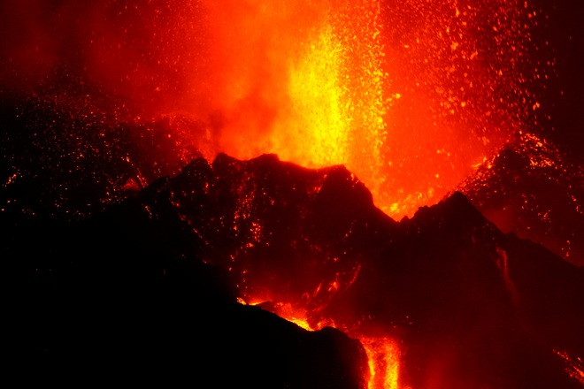 Dung nham núi lửa Tây Ban Nha chảy ồ ạt như sông - 4