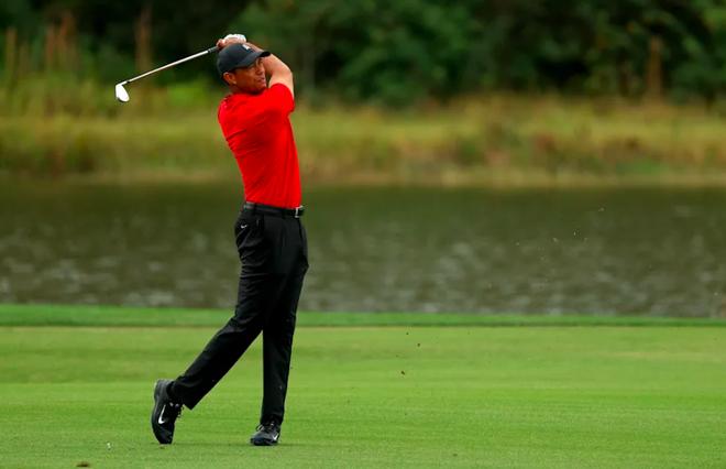 Tiger Woods trở lại với sân golf mà không cần đến nạng - 2