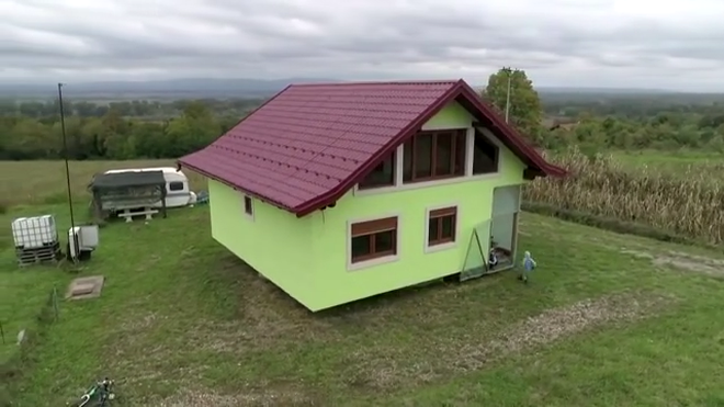 Cụ ông dành 6 năm xây nhà xoay 360 độ tặng vợ - 4