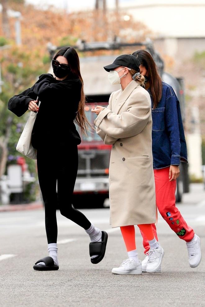 Mang tất với dép trở thành xu hướng thời trang phủ sóng toàn cầu - 4