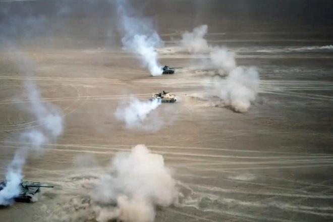 Trung Quốc đưa xe tăng tới sát biên giới Ấn Độ tập trận  - 1