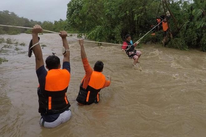 Bão Kompasu càn quét gây lở đất, sập cầu, 11 người chết ở Philippines - 1
