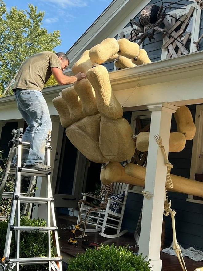 Người đàn ông nổi tiếng sau khi trang trí ngôi nhà rùng rợn đón Halloween - 2