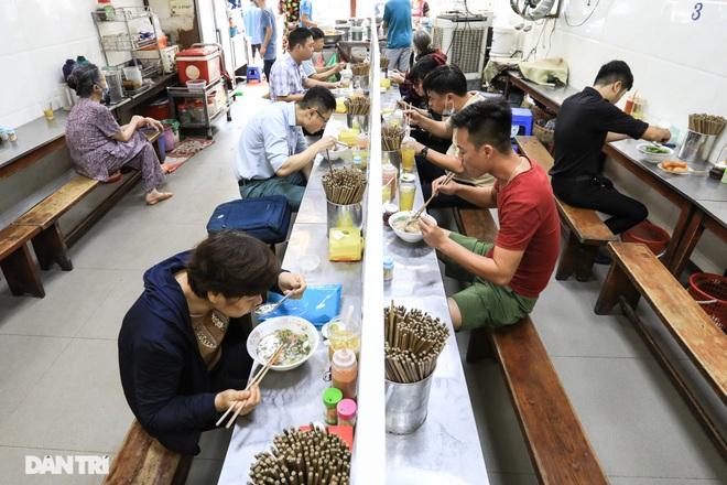 Hà Nội cho phép bán hàng ăn uống tại chỗ, xe buýt hoạt động trở lại - 2