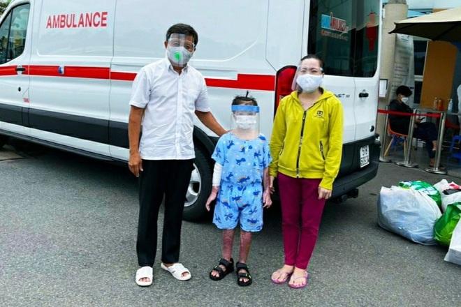 Ông Đoàn Ngọc Hải chở bé gái 7 tuổi bỏng toàn thân, hồi phục thần kỳ về quê - 2