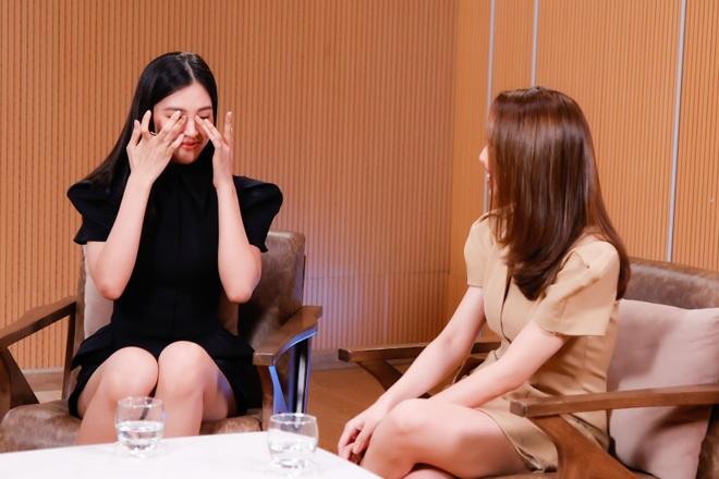 Hoa hậu Tiểu Vy bật khóc, xin lỗi người đẹp Thùy Tiên trên sóng truyền hình - 4