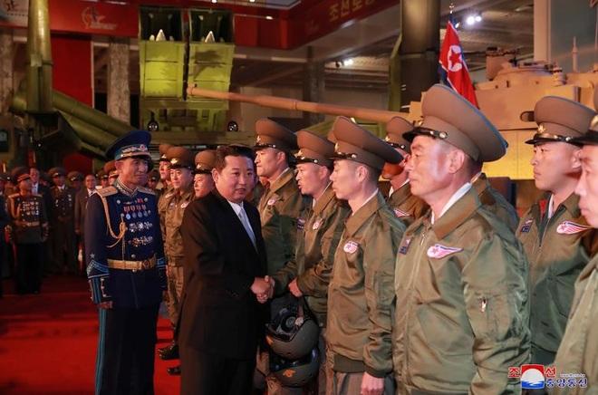 Trang phục gây xôn xao của binh sĩ Triều Tiên - 2