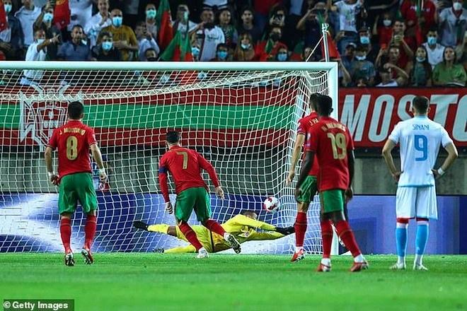 C.Ronaldo cán mốc 800 bàn thắng, lập kỷ lục hattrick cho Bồ Đào Nha