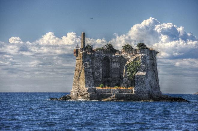 Tháp cổ nằm chơ vơ giữa biển - 2