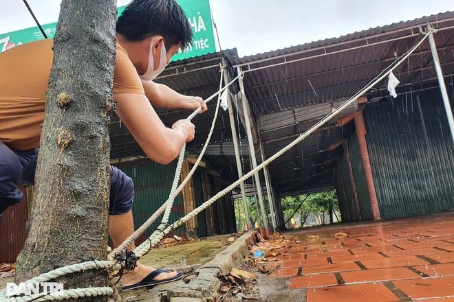 Những cột sóng dựng đứng cao cả chục mét dội vào bờ biển Thanh Hóa - 11