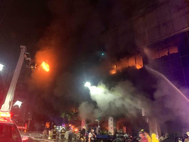 Khoảnh khắc biển lửa nhấn chìm chung cư khiến 46 người chết ở Đài Loan - 2