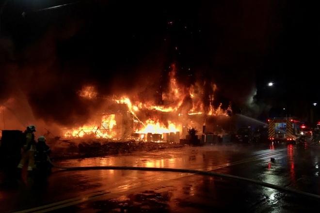 Khoảnh khắc biển lửa nhấn chìm chung cư khiến 46 người chết ở Đài Loan - 1