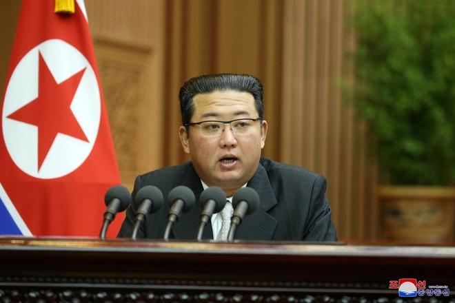 Báo Hàn Quốc nói ông Kim Jong-un giảm 5 kg trong 2 tháng - 1