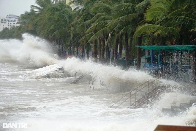 Bão số 8 tan, các tỉnh miền Trung tiếp tục mưa to - 1