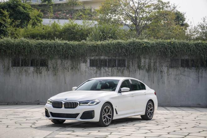 Những mẫu sedan cỡ trung hạng sang đáng chú ý năm 2021 bán tại Việt Nam - 1