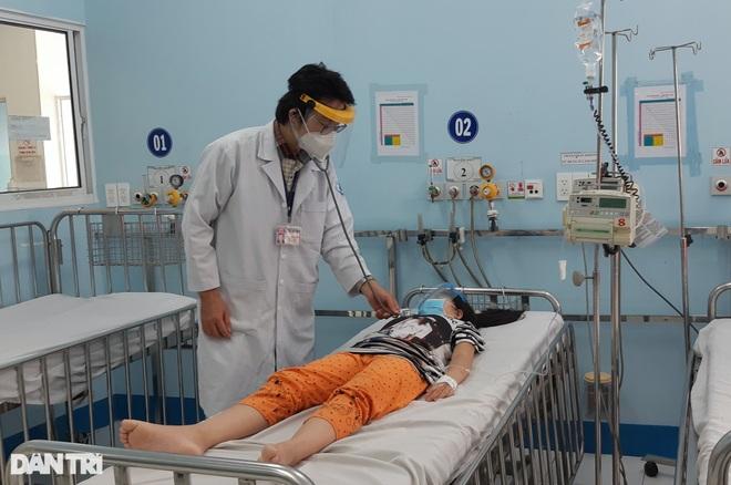 Nguy hiểm khi trẻ sốt xuất huyết nhưng cha mẹ tưởng mắc Covid-19 - 1