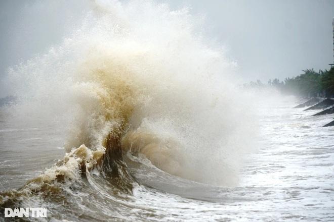 Những cột sóng dựng đứng cao cả chục mét dội vào bờ biển Thanh Hóa - 2