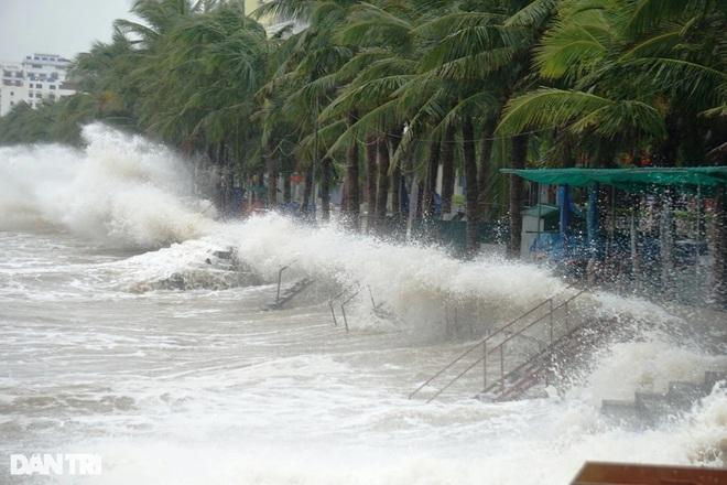Những cột sóng dựng đứng cao cả chục mét dội vào bờ biển Thanh Hóa - 3