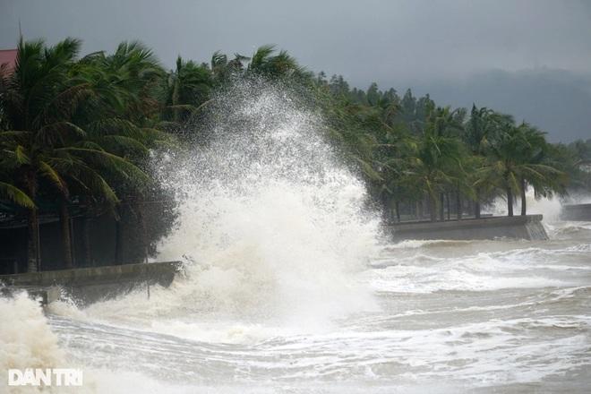 Những cột sóng dựng đứng cao cả chục mét dội vào bờ biển Thanh Hóa - 4