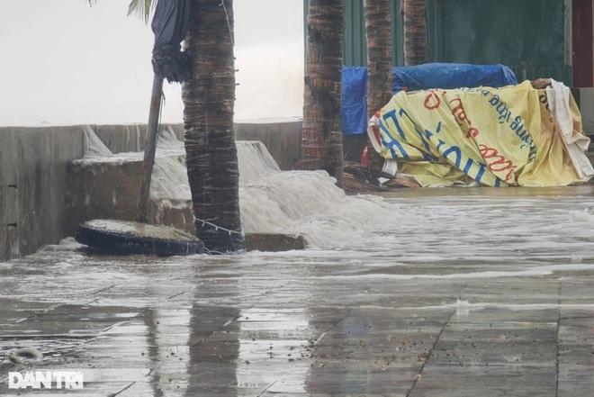 Những cột sóng dựng đứng cao cả chục mét dội vào bờ biển Thanh Hóa - 5