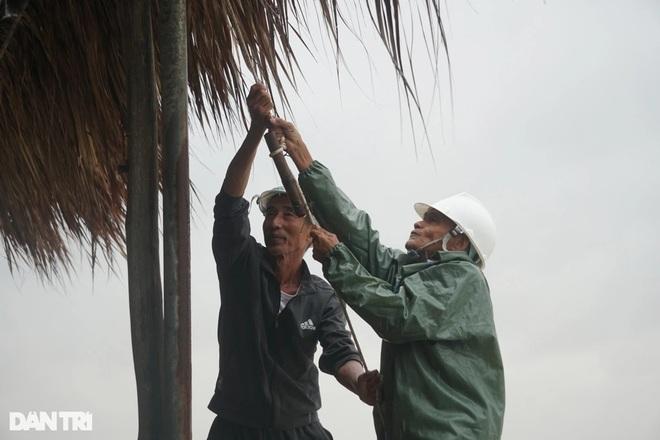 Những cột sóng dựng đứng cao cả chục mét dội vào bờ biển Thanh Hóa - 7