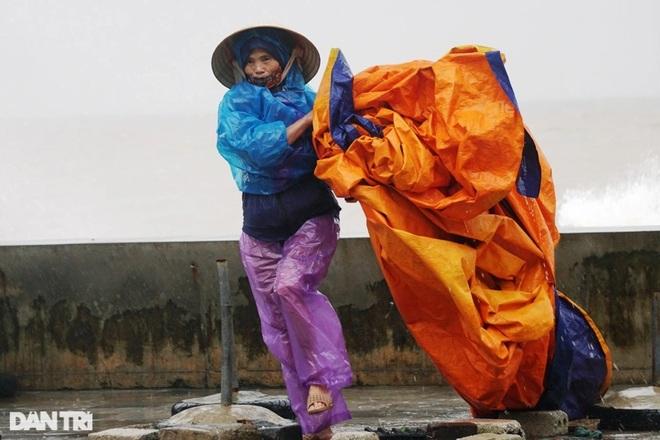 Những cột sóng dựng đứng cao cả chục mét dội vào bờ biển Thanh Hóa - 8
