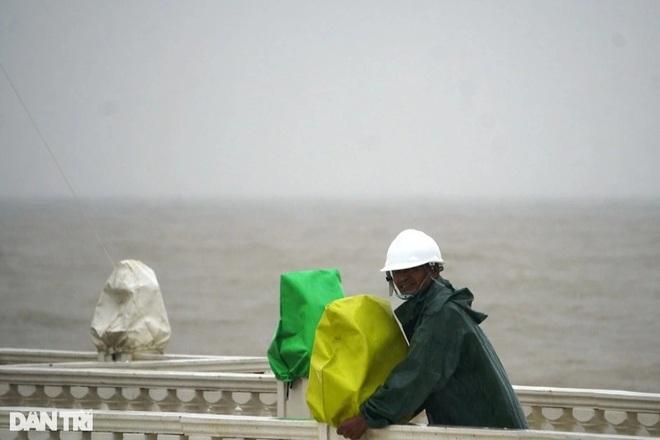Những cột sóng dựng đứng cao cả chục mét dội vào bờ biển Thanh Hóa - 9