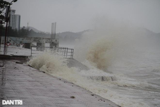 Những cột sóng dựng đứng cao cả chục mét dội vào bờ biển Thanh Hóa - 13