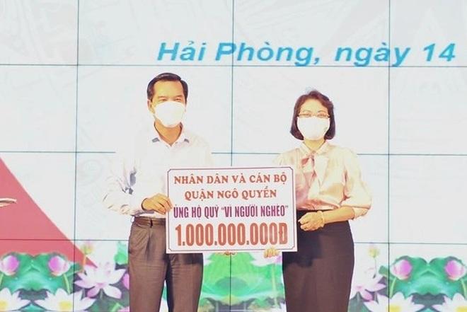 Trao tặng ủng hộ Quỹ Vì người nghèo thành phố hơn 20 tỉ đồng - 1