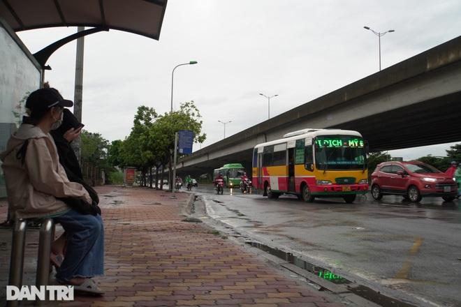 Xe buýt công cộng tấp nập đưa đón khách trên đường phố Thủ đô - 2