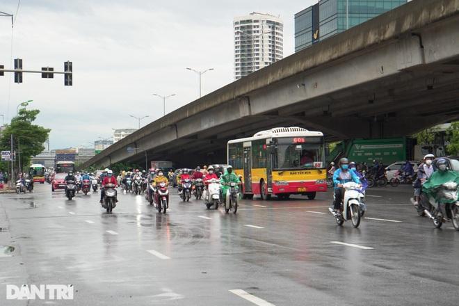 Xe buýt công cộng tấp nập đưa đón khách trên đường phố Thủ đô - 3