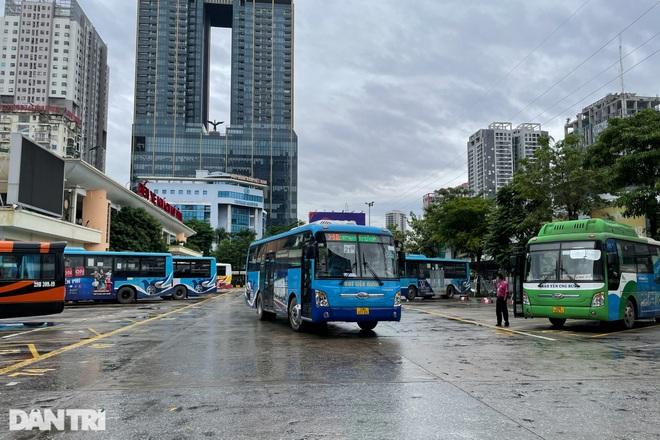 Xe buýt công cộng tấp nập đưa đón khách trên đường phố Thủ đô - 1