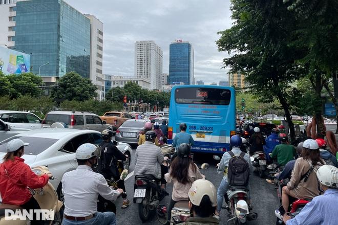 Xe buýt công cộng tấp nập đưa đón khách trên đường phố Thủ đô - 4