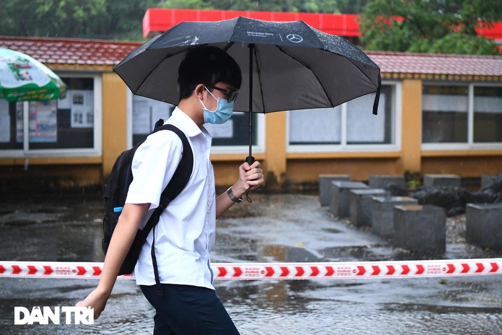 Điểm nhấn kỳ thi lớp 10 Hà Nội: Sĩ tử đội mưa và những cái ôm xúc động - 11