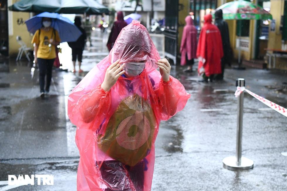 Điểm nhấn kỳ thi lớp 10 Hà Nội: Sĩ tử đội mưa và những cái ôm xúc động - 7