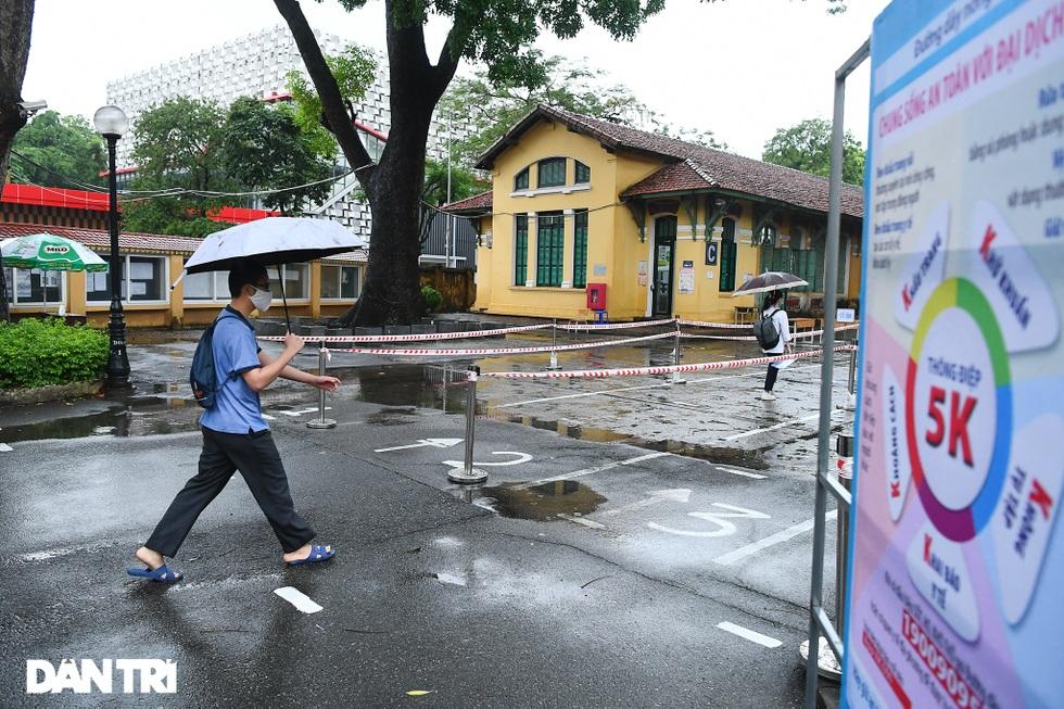 Điểm nhấn kỳ thi lớp 10 Hà Nội: Sĩ tử đội mưa và những cái ôm xúc động - 12