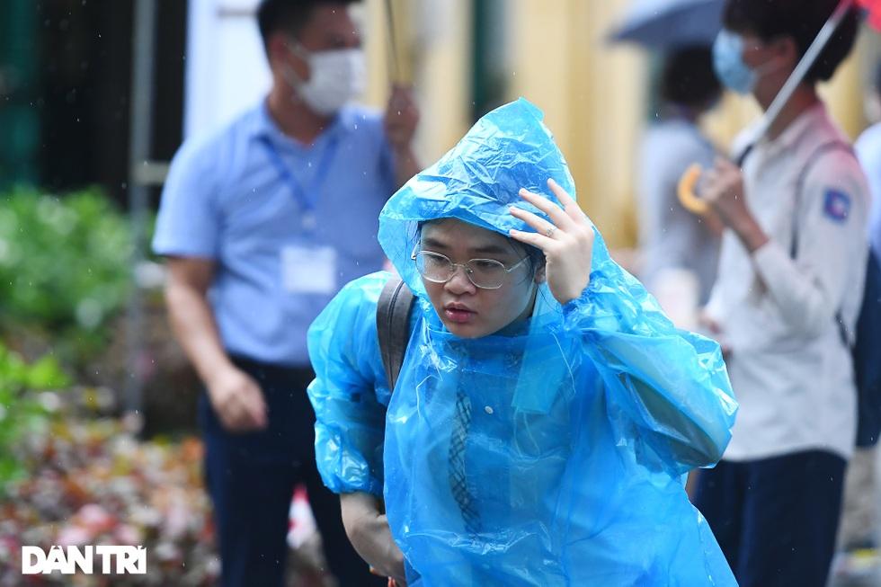 Điểm nhấn kỳ thi lớp 10 Hà Nội: Sĩ tử đội mưa và những cái ôm xúc động - 8