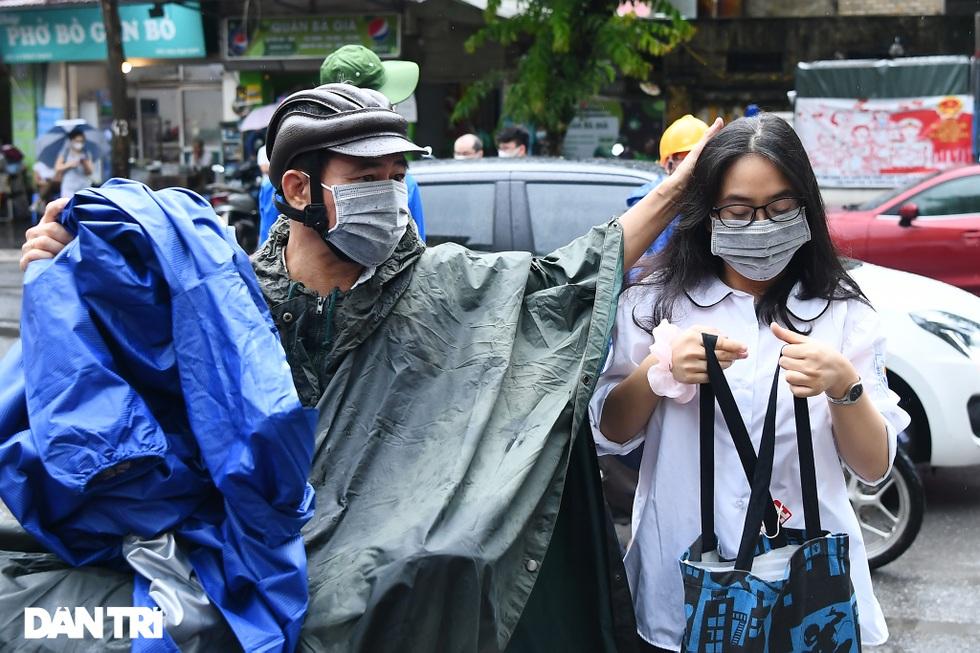 Điểm nhấn kỳ thi lớp 10 Hà Nội: Sĩ tử đội mưa và những cái ôm xúc động - 17