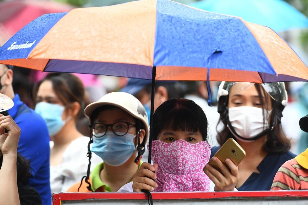 Điểm nhấn kỳ thi lớp 10 Hà Nội: Sĩ tử đội mưa và những cái ôm xúc động - 20